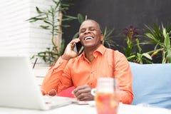 Επιχειρηματίας σε έναν καφέ, που μιλά σε κινητό Στοκ Εικόνες