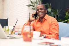 Επιχειρηματίας σε έναν καφέ, που μιλά σε κινητό Στοκ φωτογραφίες με δικαίωμα ελεύθερης χρήσης