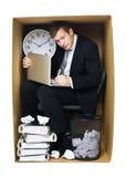 Επιχειρηματίας σε ένα σφιχτό γραφείο Στοκ εικόνες με δικαίωμα ελεύθερης χρήσης