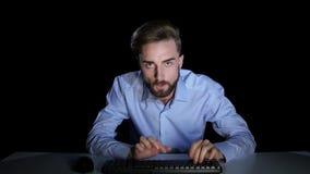Επιχειρηματίας σε μια οργή από την ομιλία με να κουβεντιάσει συναδέλφων απόθεμα βίντεο
