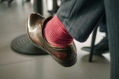Επιχειρηματίας σε μια συνεδρίαση σε μια αίθουσα συνδιαλέξεων Κατώτατη άποψη των ποδιών στοκ εικόνες με δικαίωμα ελεύθερης χρήσης