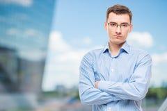 Επιχειρηματίας στα γυαλιά νέα και πολύ επιτυχή Στοκ φωτογραφία με δικαίωμα ελεύθερης χρήσης