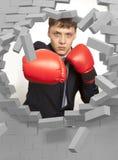 Επιχειρηματίας στα εγκιβωτίζοντας γάντια και το τουβλότοιχο Στοκ Εικόνες