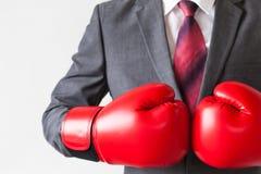 Επιχειρηματίας στα εγκιβωτίζοντας γάντια που απομονώνεται στο άσπρο υπόβαθρο Στοκ Εικόνα