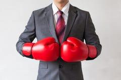 Επιχειρηματίας στα εγκιβωτίζοντας γάντια που απομονώνεται στο άσπρο υπόβαθρο Στοκ φωτογραφία με δικαίωμα ελεύθερης χρήσης