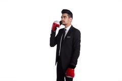 Επιχειρηματίας στα εγκιβωτίζοντας γάντια που μιλούν τηλεφωνικώς Στοκ φωτογραφία με δικαίωμα ελεύθερης χρήσης