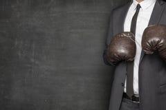 Επιχειρηματίας στα εγκιβωτίζοντας γάντια στον πίνακα Στοκ Φωτογραφία