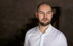 Επιχειρηματίας στην άσπρη στάση πουκάμισων Στοκ Εικόνες
