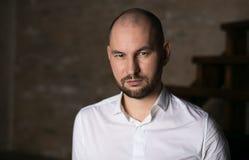 Επιχειρηματίας στην άσπρη στάση πουκάμισων Στοκ Φωτογραφίες