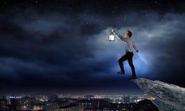 Επιχειρηματίας στην αναζήτηση στο σκοτάδι Στοκ Φωτογραφία