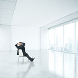 Επιχειρηματίας στην αρχή και που κοιτάζει μέσω του παραθύρου Στοκ εικόνες με δικαίωμα ελεύθερης χρήσης