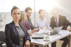 Επιχειρηματίας στην αρχή με την ομάδα στην πλάτη Στοκ εικόνα με δικαίωμα ελεύθερης χρήσης