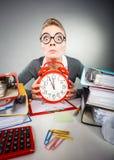 Επιχειρηματίας στην αρχή με το μεγάλο κόκκινο ρολόι Στοκ Φωτογραφίες