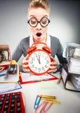 Επιχειρηματίας στην αρχή με το μεγάλο κόκκινο ρολόι Στοκ φωτογραφία με δικαίωμα ελεύθερης χρήσης