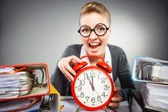 Επιχειρηματίας στην αρχή με το μεγάλο κόκκινο ρολόι Στοκ φωτογραφίες με δικαίωμα ελεύθερης χρήσης