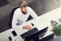 Επιχειρηματίας στην αρχή που συνδέει στο δίκτυο Ίντερνετ Έννοια της νεοσύστατης εταιρείας στοκ εικόνα με δικαίωμα ελεύθερης χρήσης