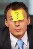 Επιχειρηματίας στην αρχή το ερωτηματικό που γράφεται με στην κόλλα όχι Στοκ Εικόνα