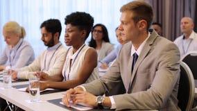 Επιχειρηματίας στην επιχειρησιακή διάσκεψη που υποβάλλει την ερώτηση απόθεμα βίντεο