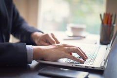 Επιχειρηματίας στην εργασία Κινηματογράφηση σε πρώτο πλάνο του ατόμου που λειτουργεί στο lap-top στον ξύλινο στοκ φωτογραφία με δικαίωμα ελεύθερης χρήσης