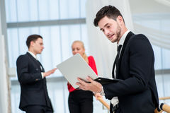 Επιχειρηματίας στην εργασία Νέος επιχειρηματίας που στέκεται στα βήματα και Στοκ Εικόνες