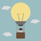 Επιχειρηματίας στην ιδέα μπαλονιών lightbulb Στοκ εικόνα με δικαίωμα ελεύθερης χρήσης