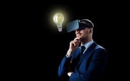 Επιχειρηματίας στην κάσκα εικονικής πραγματικότητας πέρα από το Μαύρο Στοκ Φωτογραφίες