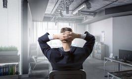 Επιχειρηματίας στην καρέκλα που έχει το υπόλοιπο Στοκ Φωτογραφία