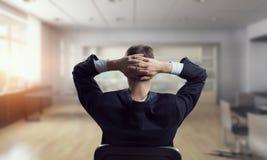 Επιχειρηματίας στην καρέκλα που έχει το υπόλοιπο Στοκ φωτογραφία με δικαίωμα ελεύθερης χρήσης