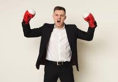 Επιχειρηματίας στην κόκκινη διάτρηση εγκιβωτίζοντας γαντιών στο στόχο Στοκ Εικόνες