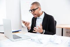 0 επιχειρηματίας στην πίεση που μιλά στο κινητό τηλέφωνο Στοκ φωτογραφία με δικαίωμα ελεύθερης χρήσης