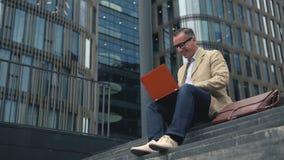 Επιχειρηματίας στην περιστασιακή εργασία στο lap-top απόθεμα βίντεο