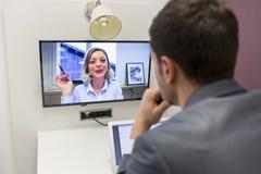 Επιχειρηματίας στην τηλεδιάσκεψη με το συνάδελφό της στην εργασία γραφείων Στοκ φωτογραφία με δικαίωμα ελεύθερης χρήσης