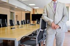 Επιχειρηματίας στη αίθουσα συνδιαλέξεων Στοκ εικόνες με δικαίωμα ελεύθερης χρήσης