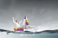 Επιχειρηματίας στη βάρκα φιαγμένη από έγγραφο Στοκ Εικόνες