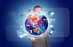 Επιχειρηματίας στη γη λαβής κοστουμιών με την ηλεκτρονική, Στοκ φωτογραφία με δικαίωμα ελεύθερης χρήσης