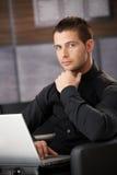 Επιχειρηματίας στη μαύρη εργασία στο lap-top στοκ φωτογραφίες με δικαίωμα ελεύθερης χρήσης