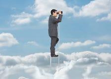 Επιχειρηματίας στη σκάλα πέρα από τα σύννεφα Στοκ Εικόνες