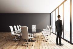Επιχειρηματίας στη σύγχρονη αίθουσα συνδιαλέξεων απεικόνιση αποθεμάτων