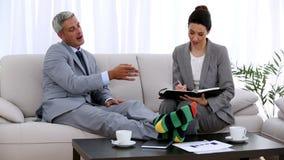 Επιχειρηματίας στις κάλτσες που κάνει μια συνάντηση με έναν συνάδελφο απόθεμα βίντεο