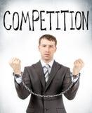 Επιχειρηματίας στις μανσέτες με τη λέξη ανταγωνισμού Στοκ φωτογραφία με δικαίωμα ελεύθερης χρήσης