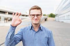 Επιχειρηματίας στις χειρονομίες γυαλιών εντάξει από τα δάχτυλα Στοκ φωτογραφία με δικαίωμα ελεύθερης χρήσης