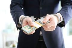 επιχειρηματίας στις χειροπέδες που κρατά τη δωροδοκία Στοκ φωτογραφία με δικαίωμα ελεύθερης χρήσης