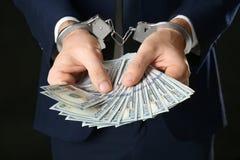 Επιχειρηματίας στις χειροπέδες που κρατά τη δωροδοκία, Στοκ Φωτογραφία