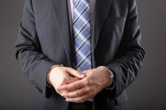 Επιχειρηματίας στις χειροπέδες που συλλαμβάνεται και που απομονώνεται Στοκ φωτογραφία με δικαίωμα ελεύθερης χρήσης