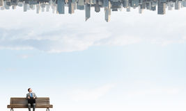Επιχειρηματίας στον πάγκο Στοκ φωτογραφία με δικαίωμα ελεύθερης χρήσης