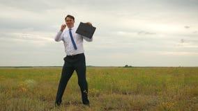 Επιχειρηματίας στο άσπρο πουκάμισο και δεσμός με το διαθέσιμο χορό χαρτοφυλάκων whirlwind κατά την πτήση στο κλίμα των σκοτεινών  απόθεμα βίντεο