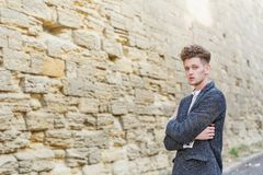 Επιχειρηματίας στο γκρίζο παλτό Η έννοια της σταδιοδρομίας και του επιχειρηματικού πνεύματος στοκ φωτογραφίες με δικαίωμα ελεύθερης χρήσης
