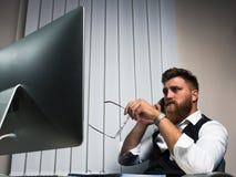 Επιχειρηματίας στο γραφείο αργά - νυκτερινή εργασία που μιλά στο τηλέφωνο στοκ εικόνα