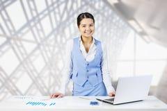 Επιχειρηματίας στο γραφείο γραφείων Μικτά μέσα Στοκ εικόνα με δικαίωμα ελεύθερης χρήσης