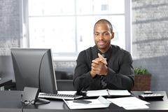 Επιχειρηματίας στο γραφείο γραφείων Στοκ Εικόνες